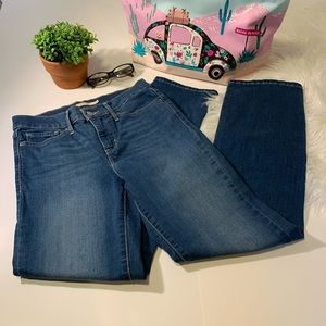 Levi's 314 Shaping Straight Jeans. Size 28